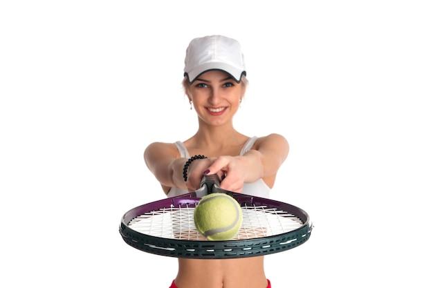 Belle Fille Avec Une Raquette De Tennis Et Une Balle Photo Premium