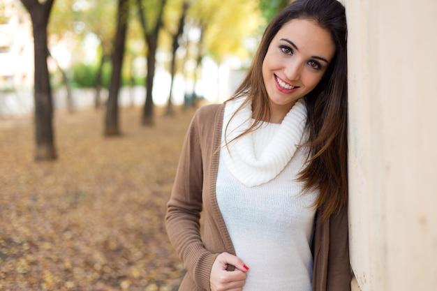 Belle fille regardant la caméra en automne. Photo gratuit