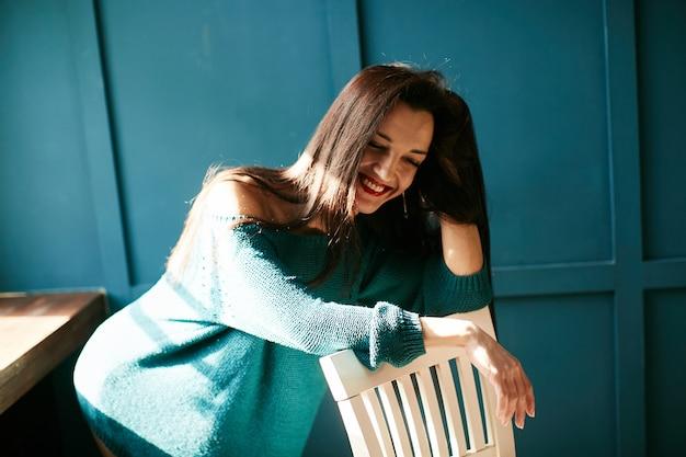 Belle fille rit à la lumière du soleil Photo gratuit