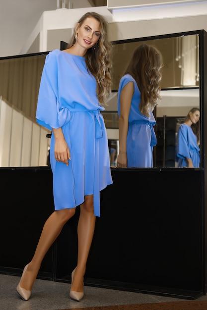 Belle Fille En Robe Bleu Ciel Près De Miroir Avec De Multiples Reflets Photo Premium
