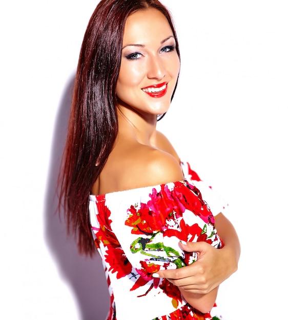 Belle Fille Avec Robe à Fleurs Photo gratuit