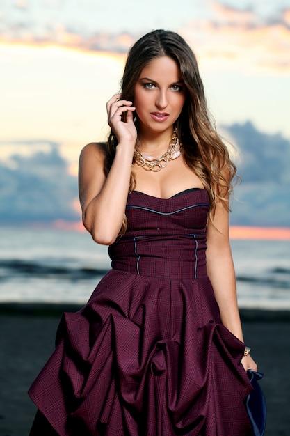 Belle fille en robe Photo gratuit