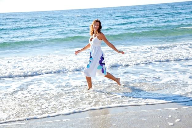 Belle fille rousse sur la plage. Photo Premium