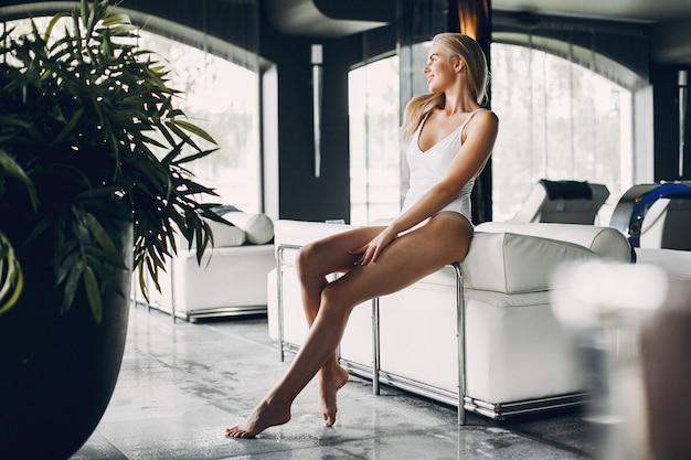 Belle fille se détendre dans un salon spa Photo gratuit
