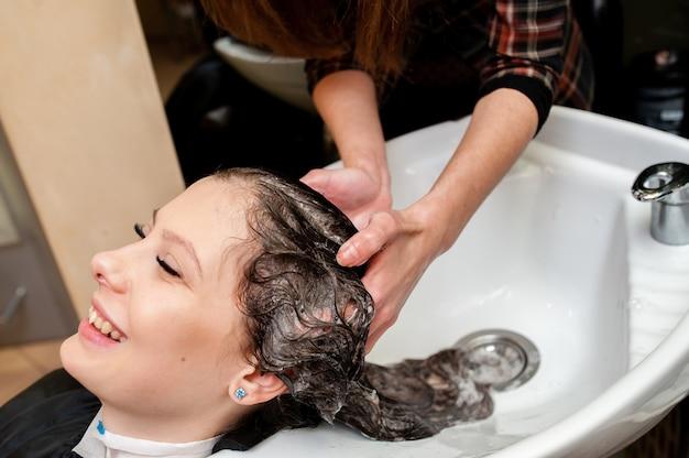 Belle fille se laver les cheveux Photo Premium