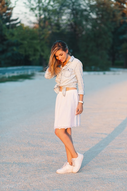 Belle Fille Souriante à La Mode, Posant Dans Un élégant, Féminin Photo gratuit