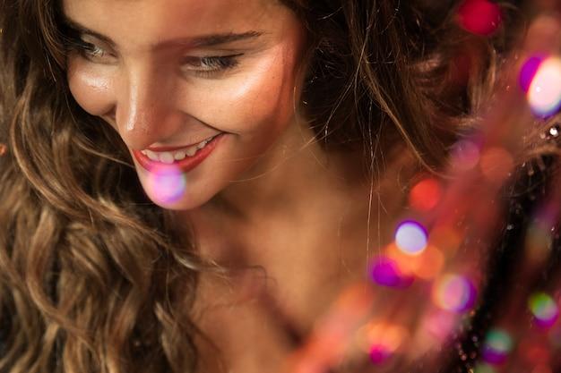 Belle fille souriante et regardant loin Photo gratuit