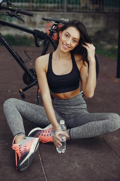 Belle fille sportive dans un parc d'été Photo gratuit