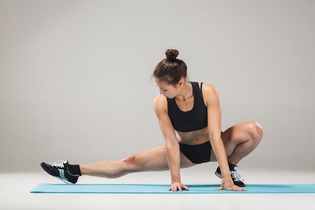 Belle Fille Sportive Debout Dans Une Pose D'acrobate Ou Yoga Asana Photo gratuit