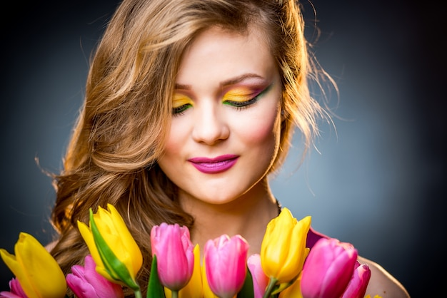 Belle fille avec tulipes fleurs Photo Premium