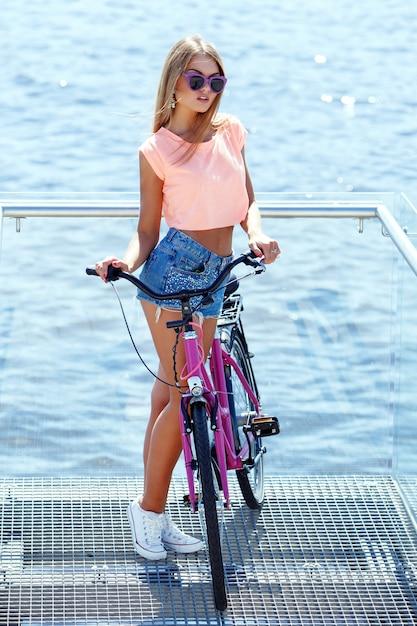 Belle fille avec vélo Photo gratuit