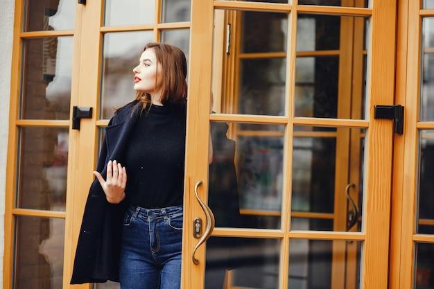 Belle fille en ville Photo gratuit