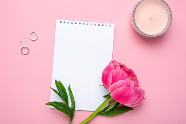 Belle Fleur De Pivoine Rose Et Carnet Photo Premium