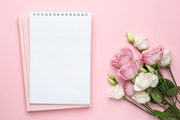 Belle Fleur De Roses Blanches Et Roses Et Cahier. Photo Premium
