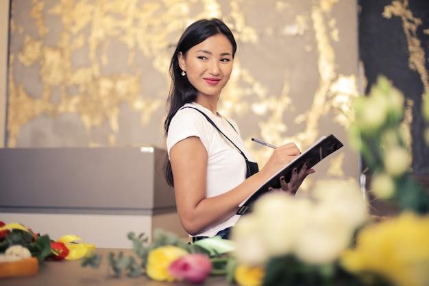 Belle fleuriste asiatique Photo Premium