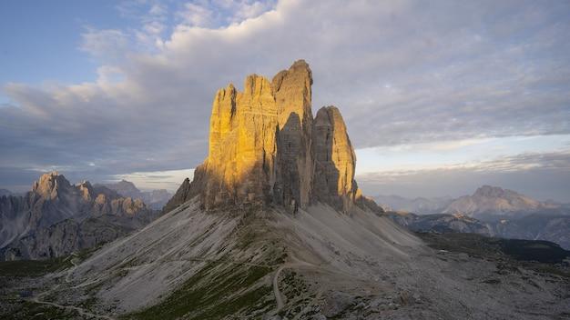 Belle Formation Rocheuse Dans Le Parc National De Drei Zinnen à Toblach, Italie Photo gratuit
