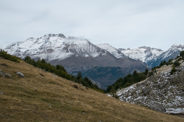 Belle Gamme De Hautes Montagnes Rocheuses Couvertes De Neige Pendant La Journée Photo gratuit