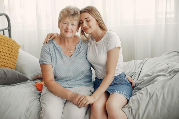 Belle grand-mère avec sa petite-fille Photo gratuit