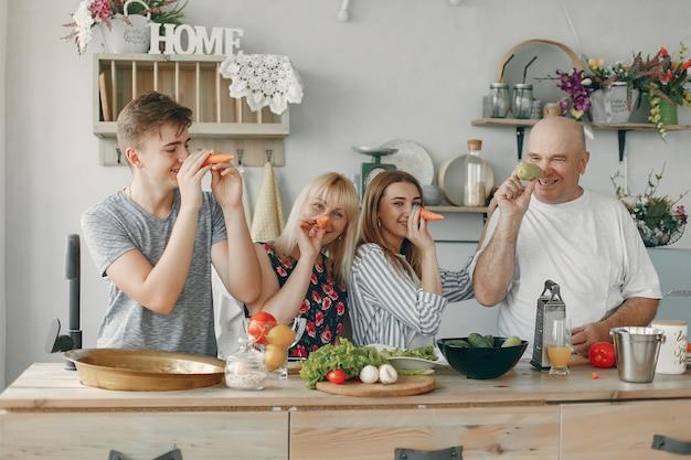 Belle grande famille prépare des plats dans une cuisine Photo gratuit