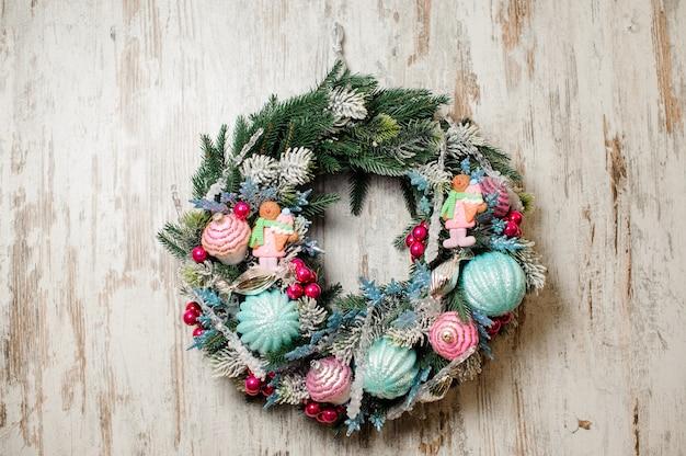 Belle guirlande de noël en sapin et décorée de couleurs vives Photo Premium