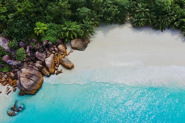 Belle île Aux Seychelles. La Digue, Plage De L'anse D'argent. L'eau Qui Coule Et Les Vagues Mousse Sur Un Paysage Tropical Photo Premium