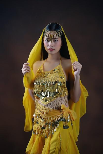 Belle Indienne Jeune Femme Modèle Hindou. Sarre De Costume Traditionnel Indien Jaune. Photo gratuit