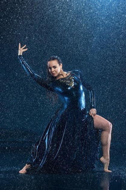 La Belle Jeune Danseuse Moderne Danse Sous Des Gouttes D'eau Photo gratuit