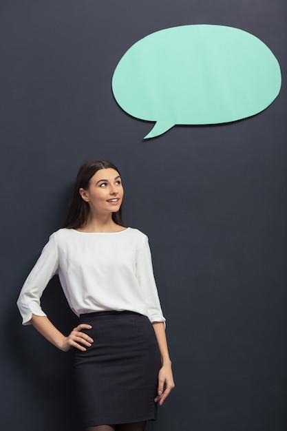 Belle jeune étudiante en tenue classique élégante sourit. Photo Premium