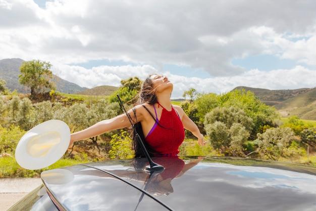 Belle jeune femme aimant la vie en voyage Photo gratuit