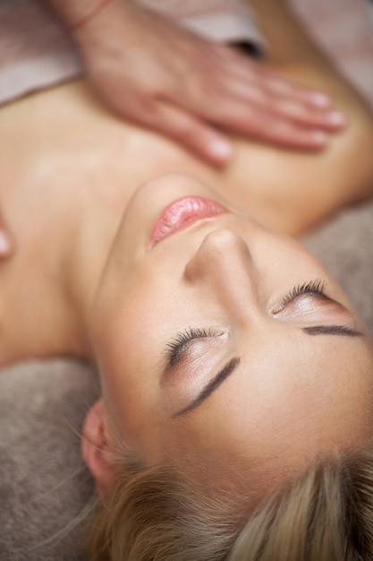 Belle jeune femme aime massage Photo gratuit