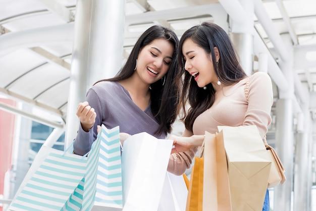Belle Jeune Femme Asiatique Amis Appréciant Faire Du Shopping Dans La Ville Photo Premium