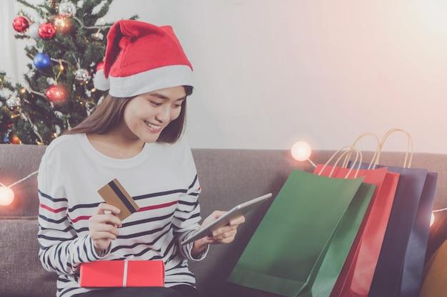Belle Jeune Femme Asiatique, Faire Du Shopping Avec Carte De Crédit En Vacances De Noël Photo Premium