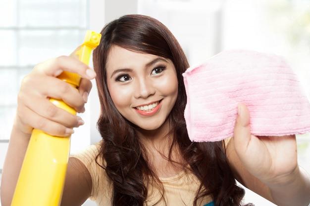 Belle Jeune Femme Asiatique Faisant Des Corvées, Tenant Le Pulvérisateur Et Pi Photo Premium