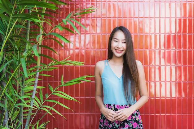 Belle jeune femme asiatique heureuse sourire style de vie Photo gratuit
