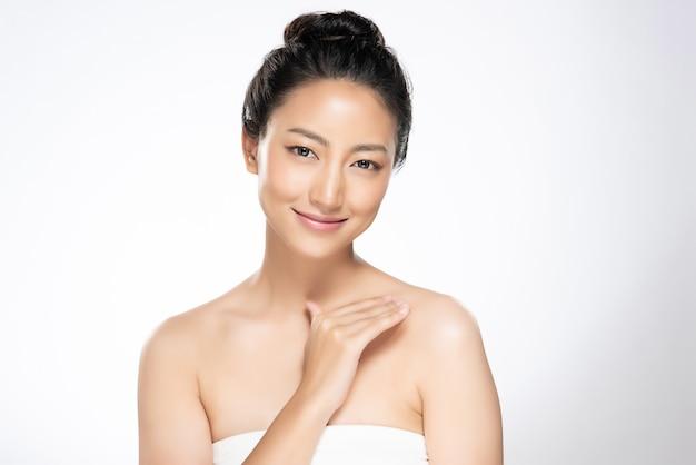 Belle jeune femme asiatique à la peau douce et propre Photo Premium