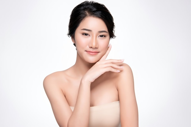 Belle jeune femme asiatique à la peau douce, Photo Premium