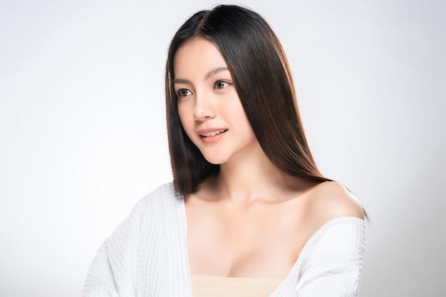 Belle jeune femme asiatique à la peau douce Photo Premium