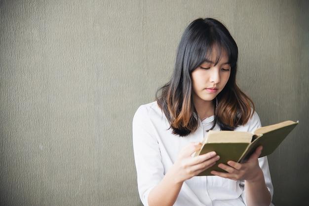 Belle jeune femme asiatique portriat - concept de mode de vie de femme heureuse Photo gratuit