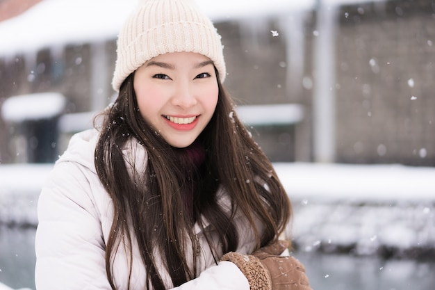 Belle jeune femme asiatique souriante et heureuse de son voyage à otaru, canal hokkaido, japon Photo gratuit