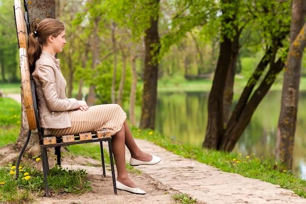 Jeune Belle Femme Assise Sur Un Banc Dans Le Parc D