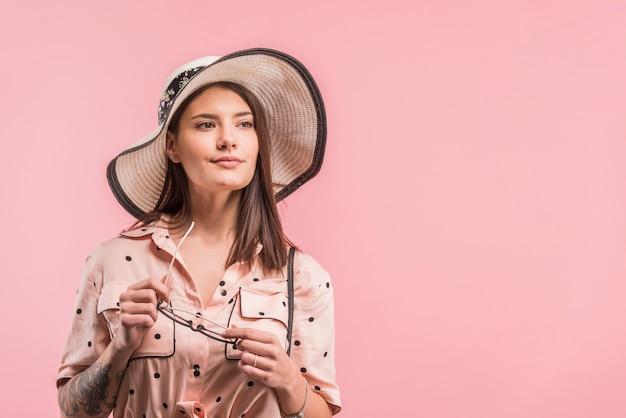 Belle jeune femme au chapeau Photo gratuit