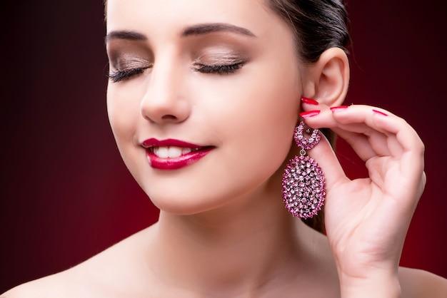 Belle jeune femme au concept de mode beauté Photo Premium