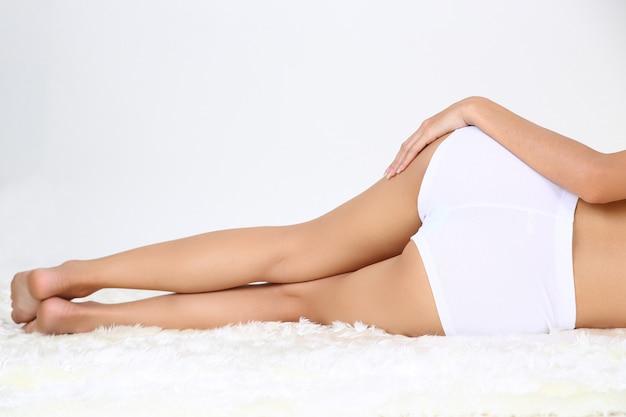 Belle jeune femme au corps parfait Photo gratuit