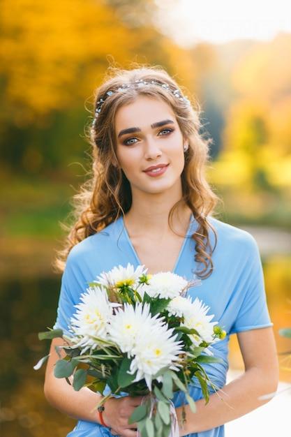 Belle jeune femme aux longs cheveux bouclés Photo Premium