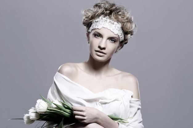 Belle Jeune Femme Aux Tulipes Blanches Photo gratuit