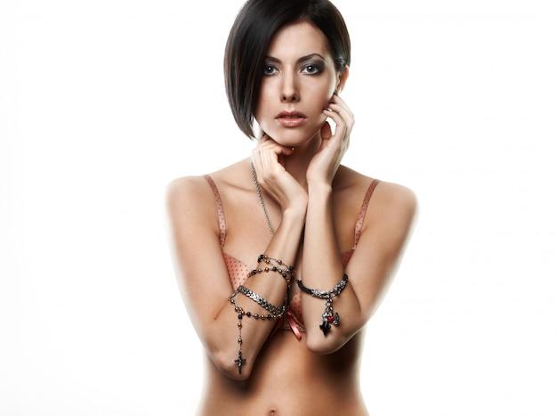 Belle Jeune Femme Avec Des Bijoux Sur Les Mains Isolés Sur Blanc Photo gratuit