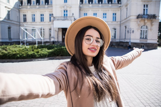 Belle Jeune Femme à Bretelles Faire Selfie Pendant Une Journée Ensoleillée Photo gratuit