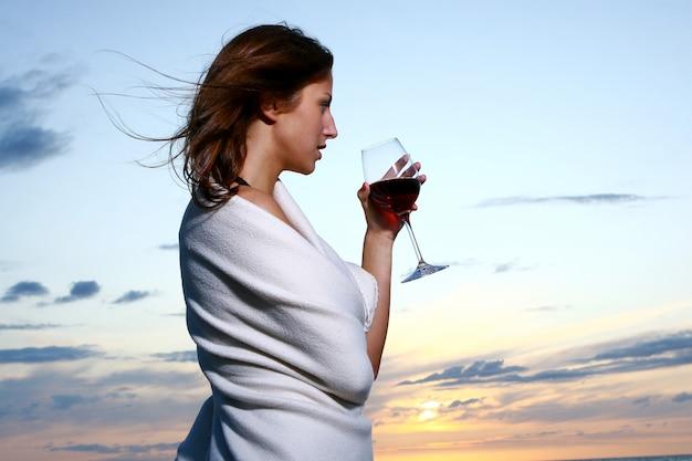 Belle Jeune Femme Buvant Du Vin Sur La Plage Photo gratuit