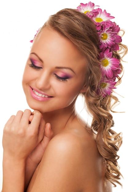 Belle jeune femme caucasienne avec des fleurs Photo gratuit