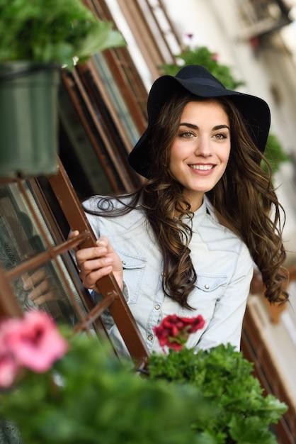 Belle jeune femme avec un chapeau et un grand sourire Photo gratuit